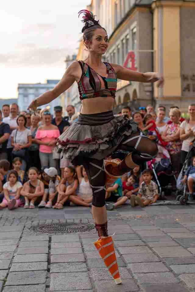 בלרינה רוקדת על קונוס תנועה