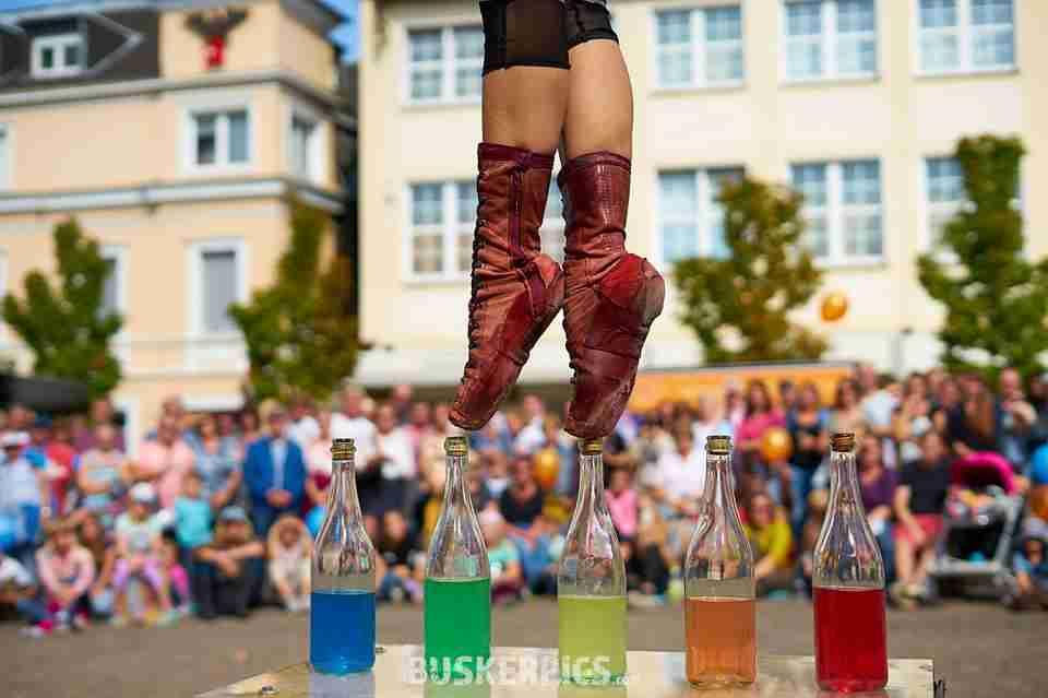 תרגיל קרקס מטורף! שילוב של בלט וקרקס הליכה על בקבוקים צבעוניים