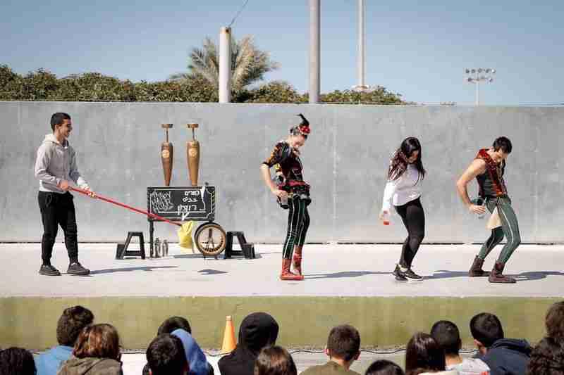ילדים משתתפים במופע קרקס בבית הספר חטיבת ביניים רודמן בקרית ים