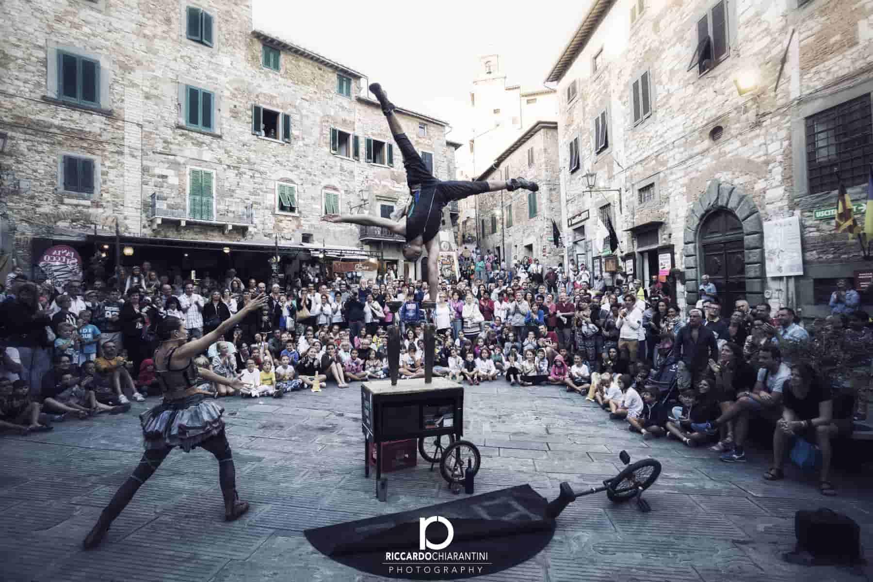 מופע קרקס רחוב באיטליה