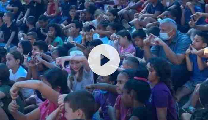 ילדי בית ספר צופים במופע קרקס